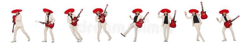 Mexicano divertido en el traje que sostiene la guitarra aislada en blanco fotografía de archivo libre de regalías