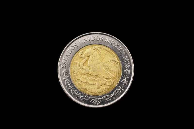 Mexicano uma moeda do peso isolada em um fundo preto fotos de stock royalty free