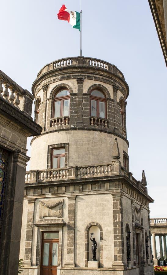Mexicansk flagga överst av slotten Chapultepec i Mexico - stad, Mexico royaltyfri foto