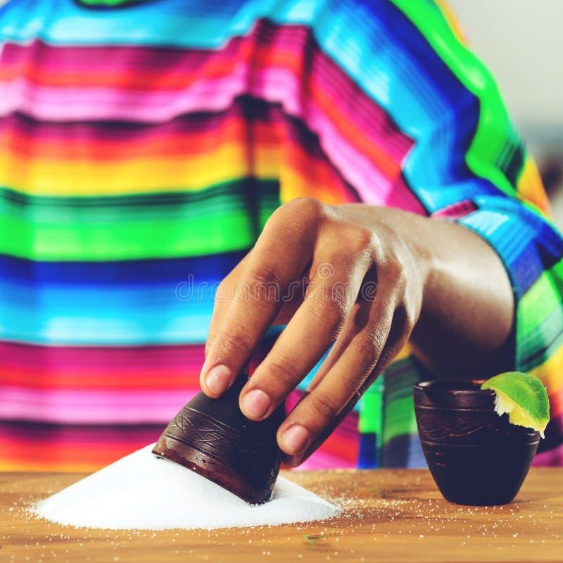 Mexicansk guld- Tequila Selektiv fokus på salt på tabellen, på t royaltyfria foton
