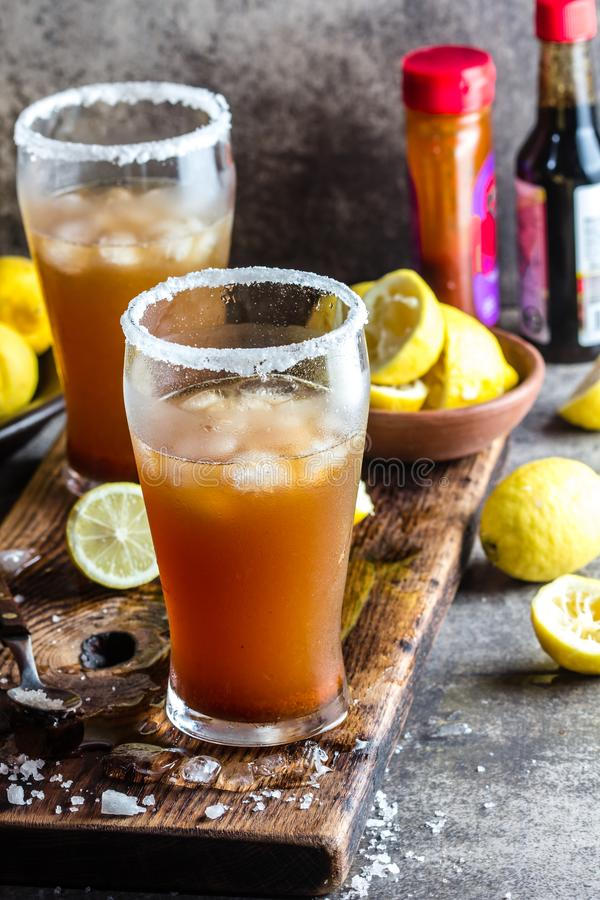 Mexicansk michelada Traditionell latin - amerikansk mexikansk kryddig uppfriskande öldrink med citronjuice som är salt, is tabasc royaltyfria bilder