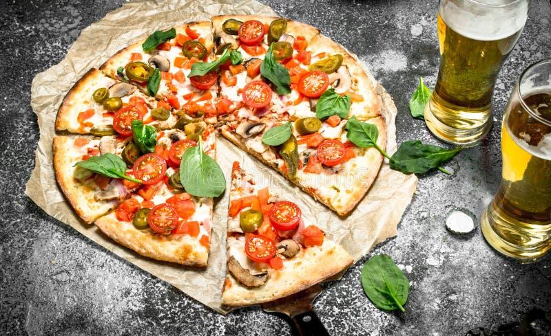 Mexicansk pizza med kallt öl arkivfoton