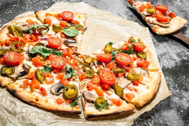 Mexicansk pizza med varma peppar royaltyfri bild