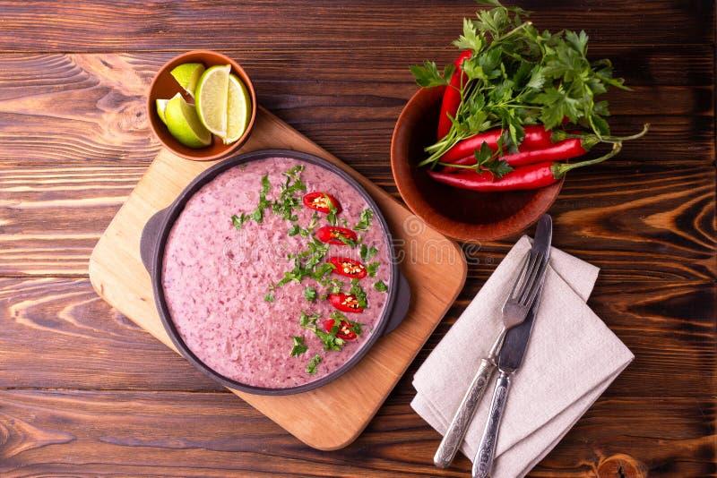 Mexicansk purésoppa för röd böna med limefrukt-, persilja- och chilipeppar royaltyfria foton