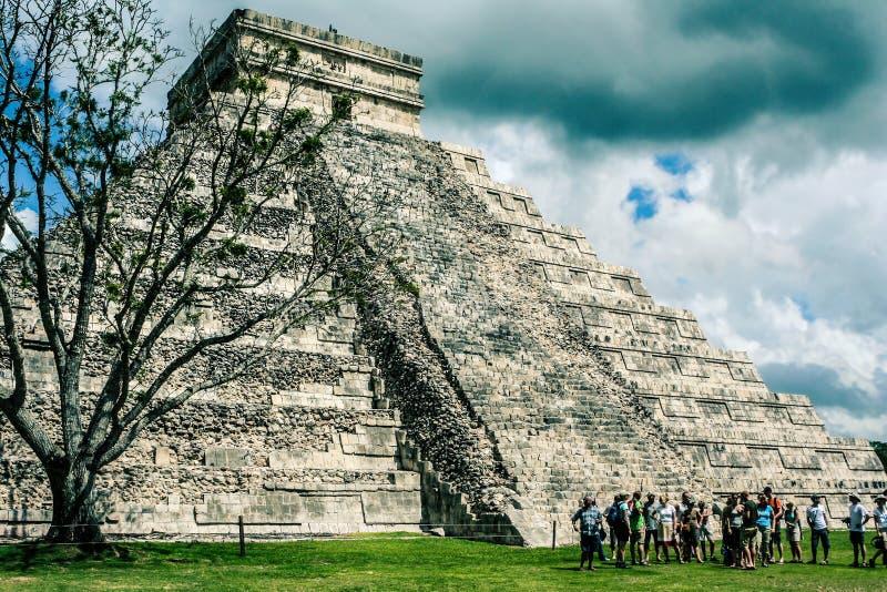 Mexicansk pyramid, slotten Tempel av Kukulkan chichen itzaen royaltyfri bild