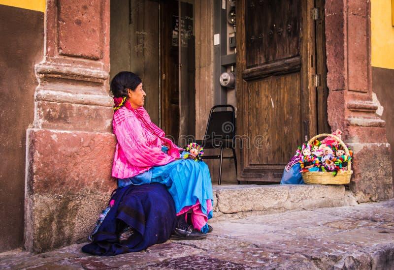 Mexicansk traditionell kvinna som säljer dockor