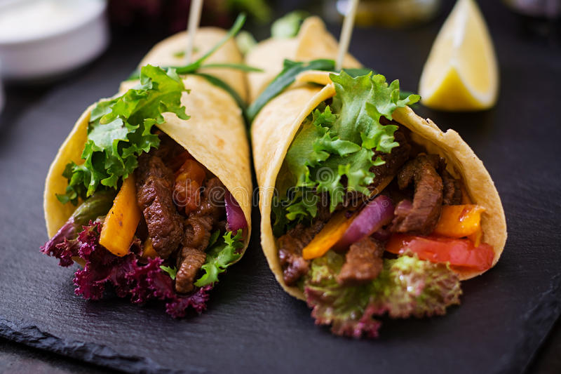 Mexicanska fajitas för nötkött och grillade grönsaker royaltyfri foto