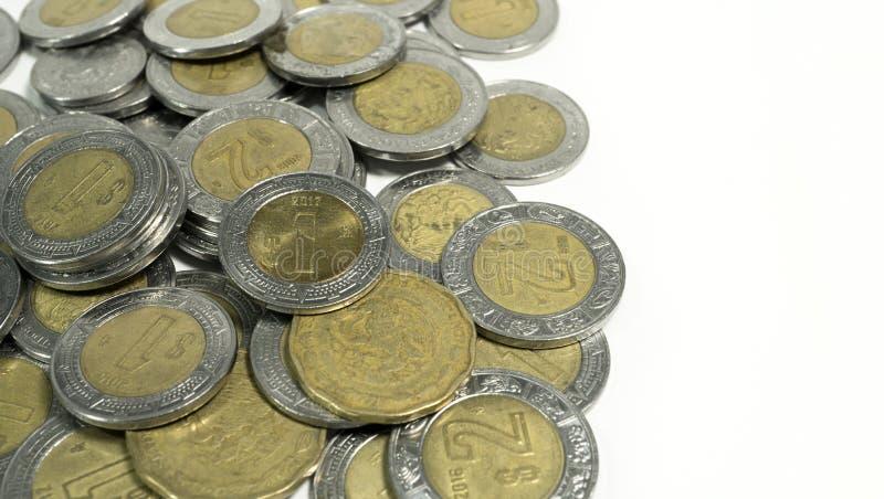 Mexicanska gamla och skadade Mexico mynt för pesos, på vit bakgrund royaltyfria bilder