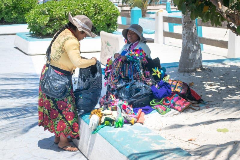 Mexicanska handgjorda hantverk i kusten av Puerto Morelos, Mexico arkivbild