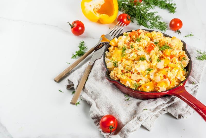 Mexicanska matrecept Revoltillo de Huevos, förvanskade ägg en Dominicana la royaltyfri foto