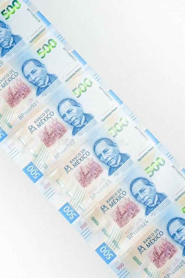 Mexicanska pengar på vit bakgrund arkivfoto