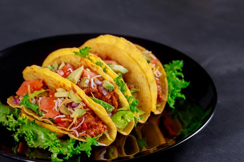 Mexicanska taco med den vegetariska sjalsmörgåsen för grönsaker arkivbild