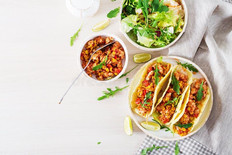 Mexicanska taco med feg kött-, havre- och tomatsås Latin - amerikansk kokkonst arkivbild