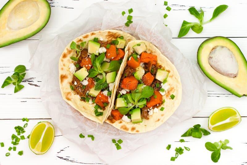 Mexicanska taco med kött, sötpotatisar och cotijaost arkivfoto