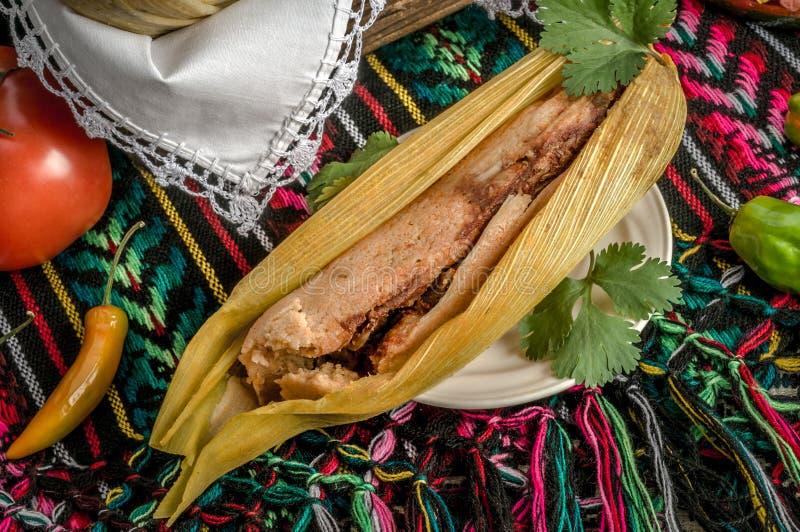 Mexicanska tamales som göras av havre och höna arkivfoto