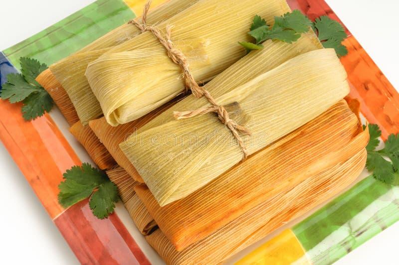 Mexicanska tamales som göras av isolerade havre och höna på vit arkivfoto