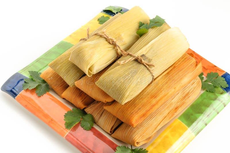 Mexicanska tamales som göras av isolerade havre och höna på vit arkivbild