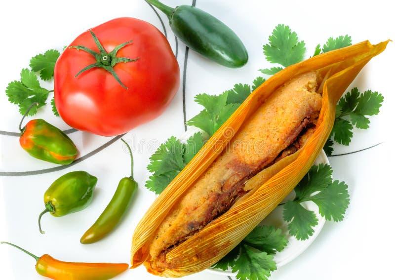 Mexicanska tamales som göras av isolerade havre och höna på vit arkivfoton