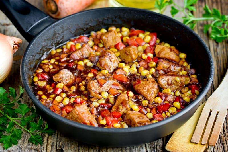 Mexicanskt kött - griskött som låtas småkoka med grönsaker royaltyfri bild