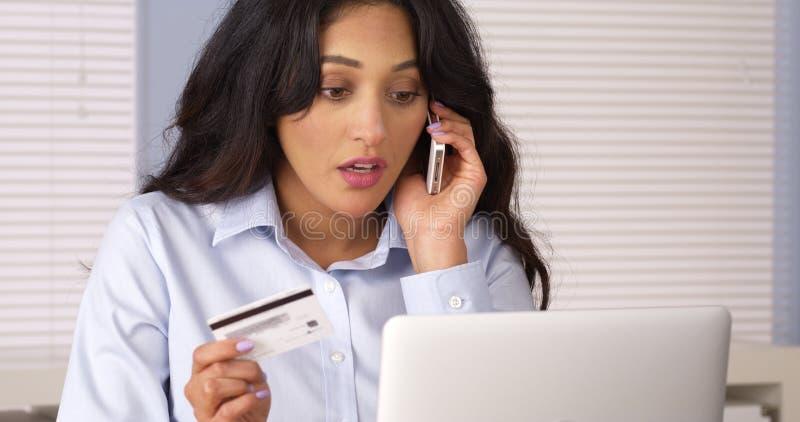 Mexicanskt kvinnadanandeköp över telefonen arkivfoto