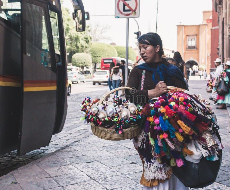 Mexicanskt sälja för kvinna handcrafts royaltyfri bild