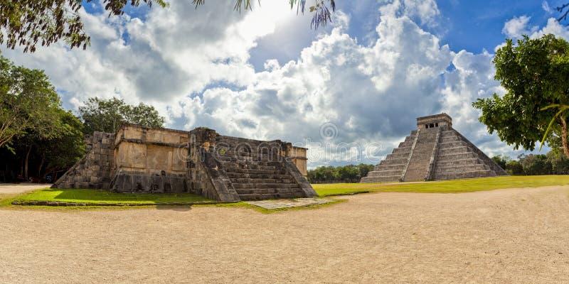 Mexico, Chichen Itza - de piramide van Kukulcà ¡ n met Venus Platform royalty-vrije stock foto