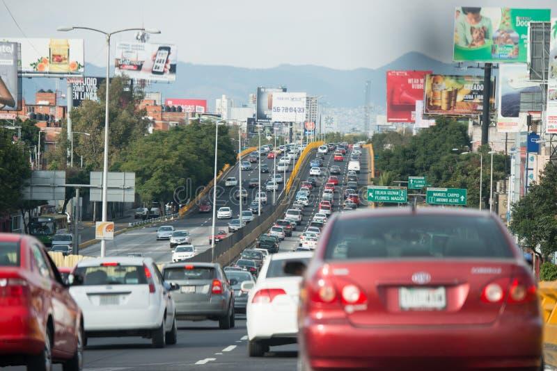 MEXICO-CITY, MEXICO - FEBRUARI, 9 2015 - Stadsweg is verstopt van verkeer stock foto