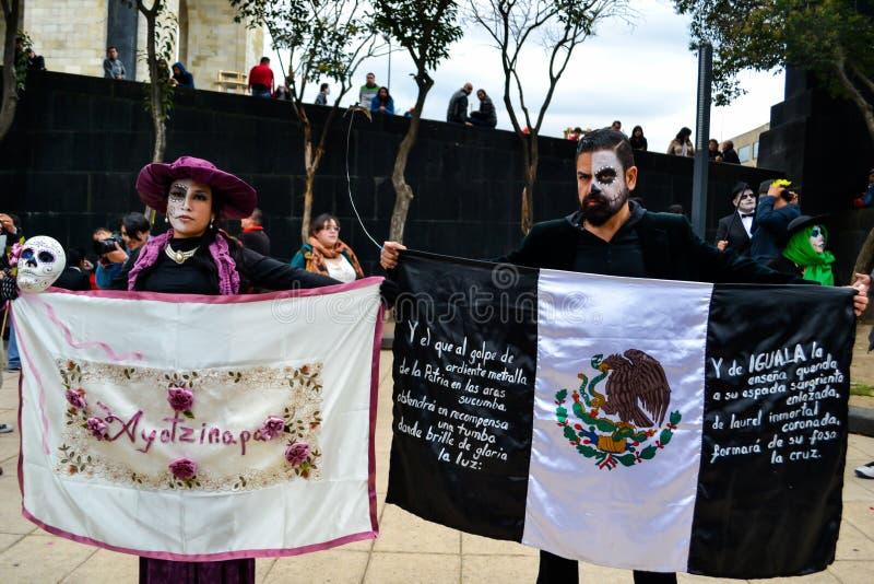 Mexico-City, Mexico; November 1 2015: Een vrouw met ayotzinapavlag en een man met de zwarte vlag van Mexico bij Dag van Dode cele royalty-vrije stock fotografie