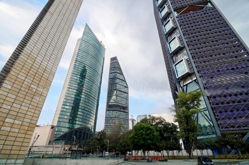 MEXICO-CITY, MEXICO, 10 OKTOBER, 2015: Bottom-up mening aan skyscra royalty-vrije stock foto's
