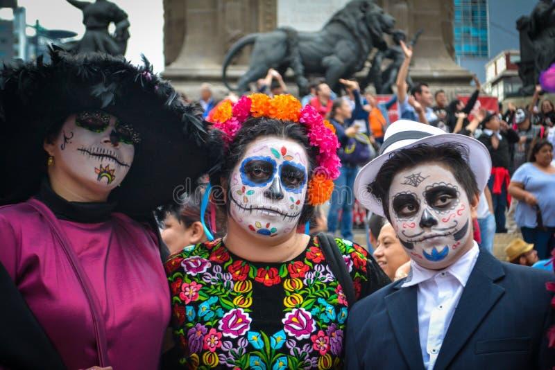 Mexico-City, Mexico; 26 oktober 2016: Portret van een familie in vermomming bij de Dag van de Dode parade in Mexico-City royalty-vrije stock foto