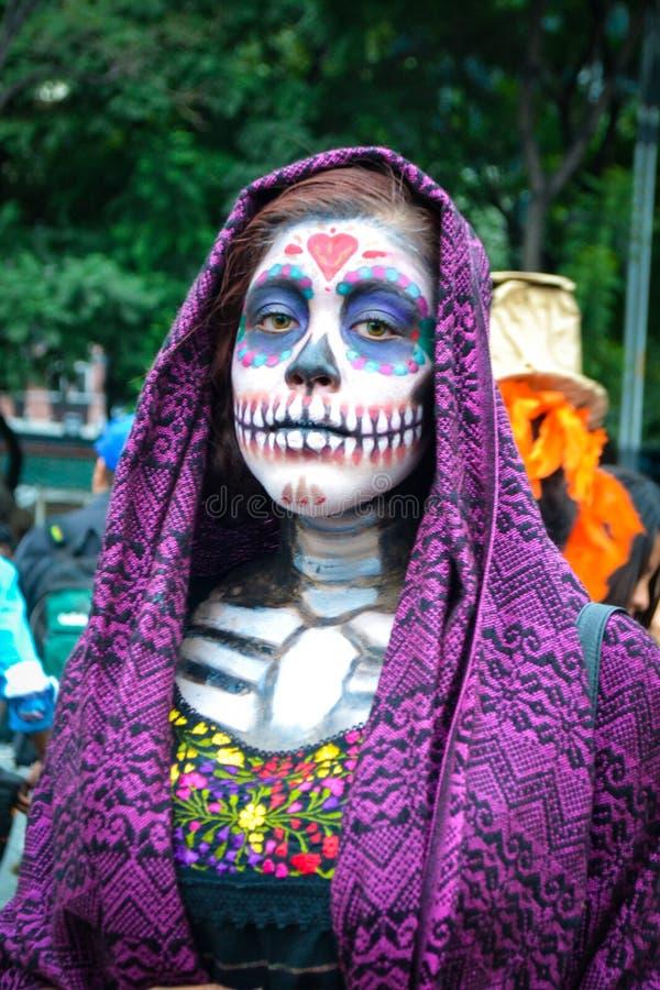 Mexico-City, Mexico; 26 oktober 2016: Portret van een vrouw in vermomming bij de Dag van de Dode parade in Mexico-City stock fotografie