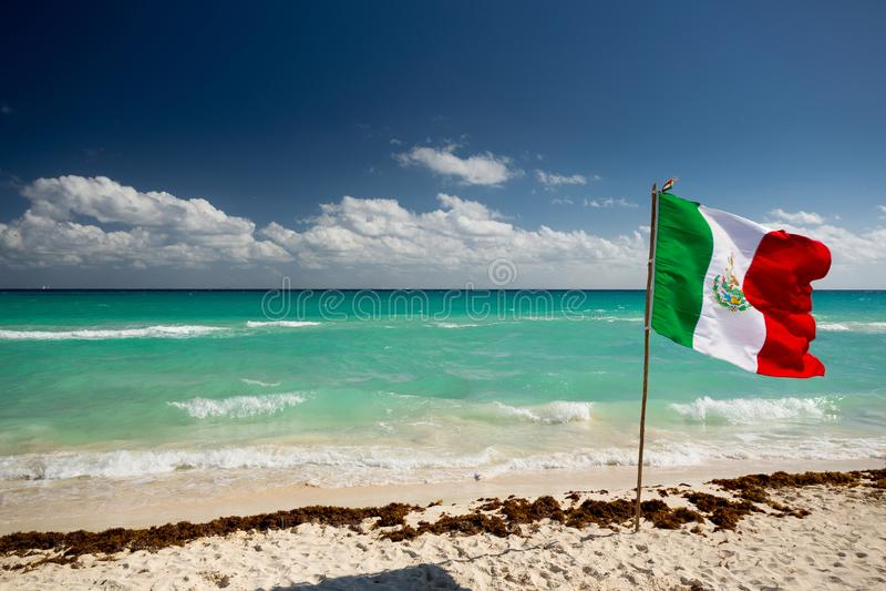 Mexico flagga på stranden royaltyfria foton