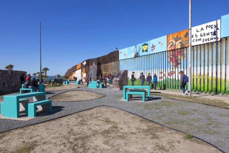 Mexico och Förenta staternagränsstaket i Tijuana royaltyfria bilder