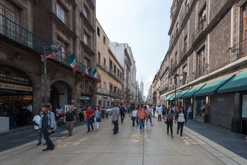 MEXICO - OKTOBER 19, 2017: Mexico Cityscape med den i stadens centrum gatan arkivbilder