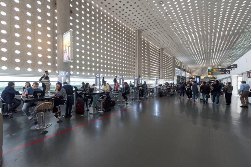 MEXICO - OKTOBER 19, 2017: De Internationale Luchthaven van Mexico-City Benito Juarez Airport Vertrekgebied Met vrijstelling van  stock foto