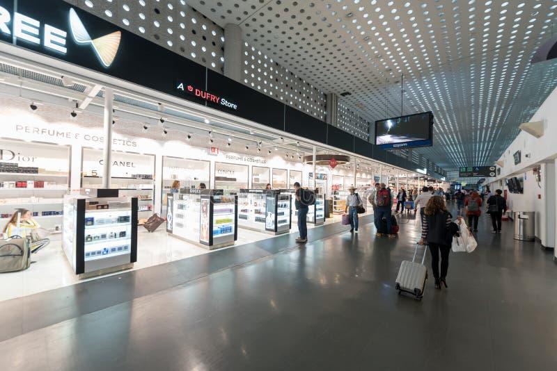 MEXICO - OKTOBER 19, 2017: Mexico - internationell flygplats för stad Benito Juarez Airport Avvikelseområde Tullfritt shoppar arkivfoton
