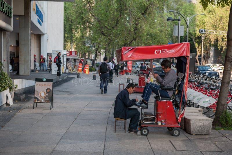 MEXICO - OKTOBER 19, 2017: Mexico morgonCityscape med rengörande skor för lokalt folk arkivbild