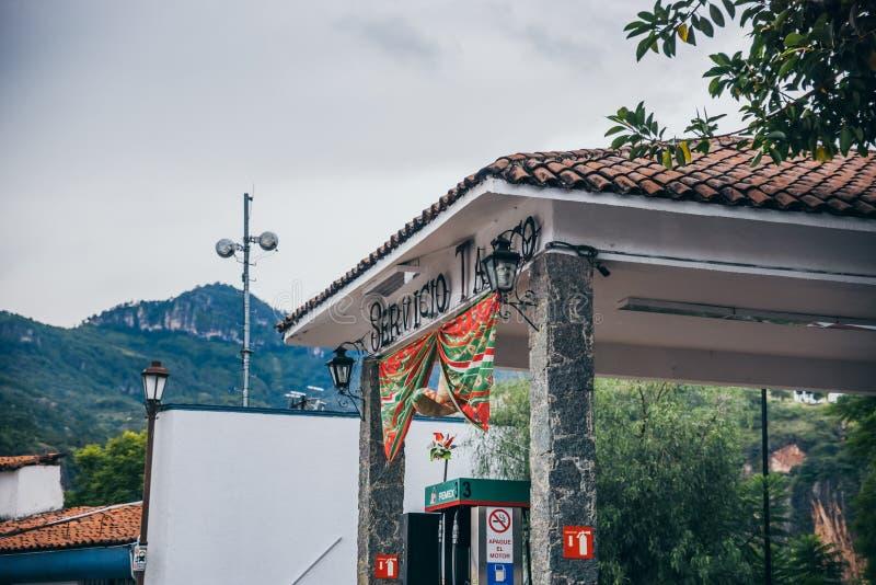 MEXICO - SEPTEMBER 22: Bensinstation med det traditionella rött och arkivbild
