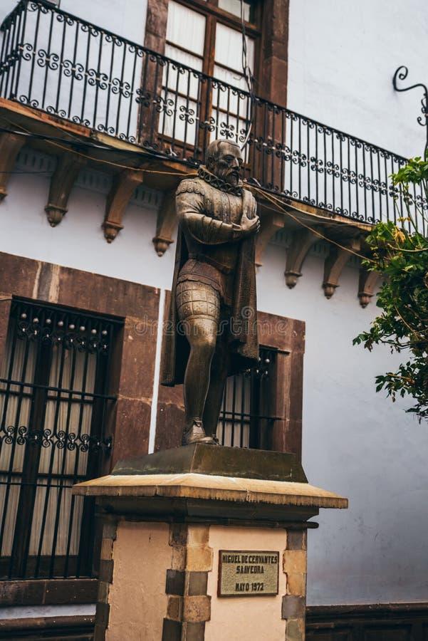 MEXICO - SEPTEMBER 23: Bronsstandbeeld van Miguel de Cervantes, Sep stock fotografie