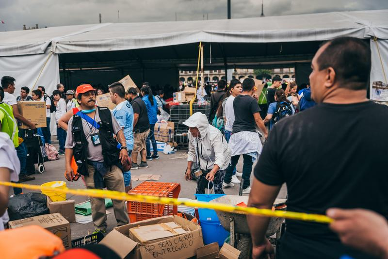 MEXICO - SEPTEMBER 20: Folk som ställa upp som frivillig på en samlingsmitt för att samla bestämmelser och tillförsel för jordska royaltyfri foto