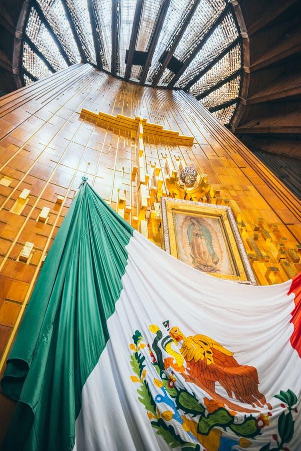 MEXICO - SEPTEMBER 20: Kruis, beeld van Virgin van Guadalupe en Mexicaanse vlag bij Basiliek van onze Dame Guadalupe stock foto