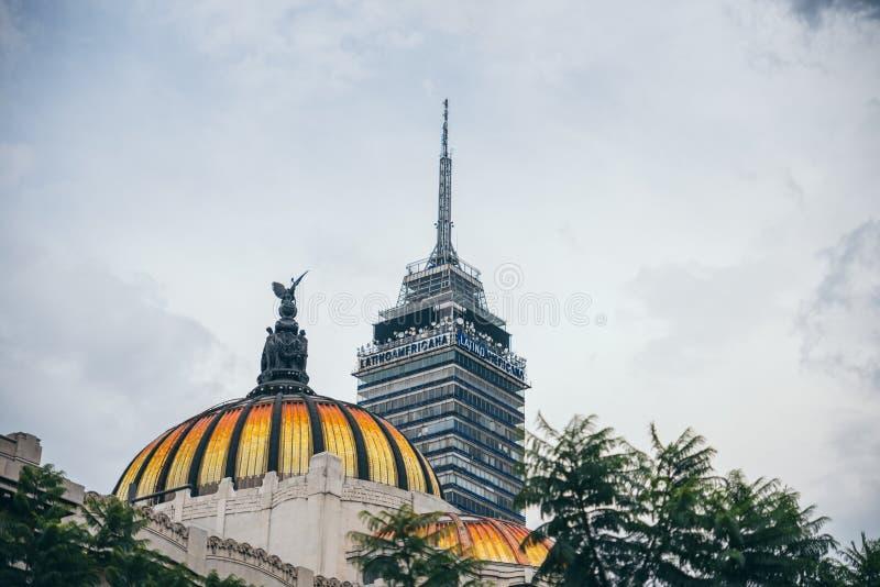 MEXICO - SEPTEMBER 20: Latin - amerikansk torn och kupol av slotten av konster i dowtown fotografering för bildbyråer