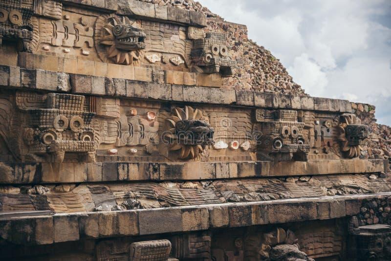 MEXICO - SEPTEMBER 21: stena head statyer av olika gudar på t arkivbild