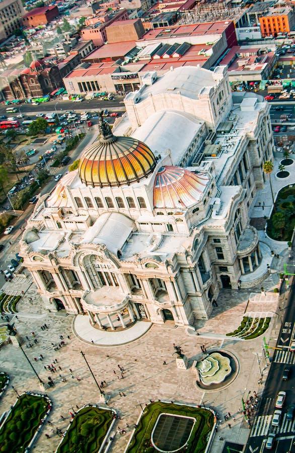 Mexico - stad, Mexico - November 29, 2010 Berömd byggnad av Palacio Bellas Artes, slott av konst arkivbild
