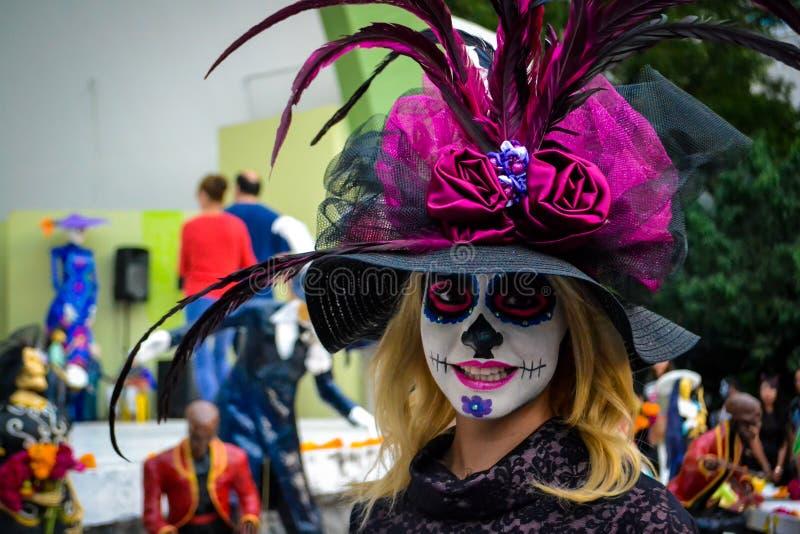Mexico - stad, Mexico; November 1 2015: Härlig ung kvinna som är förklädd på dagen av den döda berömmen i Mexico - stad royaltyfri foto