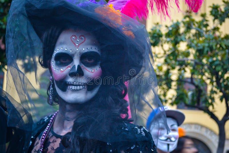 Mexico - stad, Mexico; November 1 2015: Stående av en kvinna i catrinaförklädnad på dagen av den döda berömmen i Mexico - stad royaltyfri foto