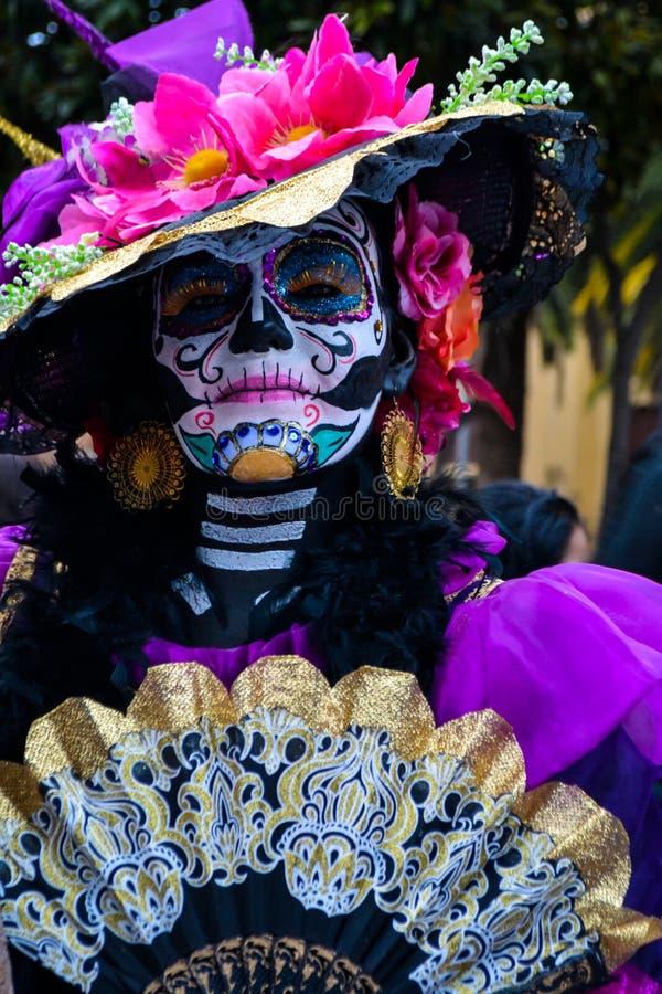 Mexico - stad, Mexico; November 1 2015: Stående av en kvinna i catrinaförklädnad på dagen av den döda berömmen i Mexico - stad royaltyfri fotografi