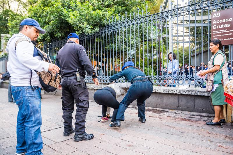 Mexico - stad, Mexico - Oktober 25, 2018 Poliser som arresterar kvinnan arkivfoton