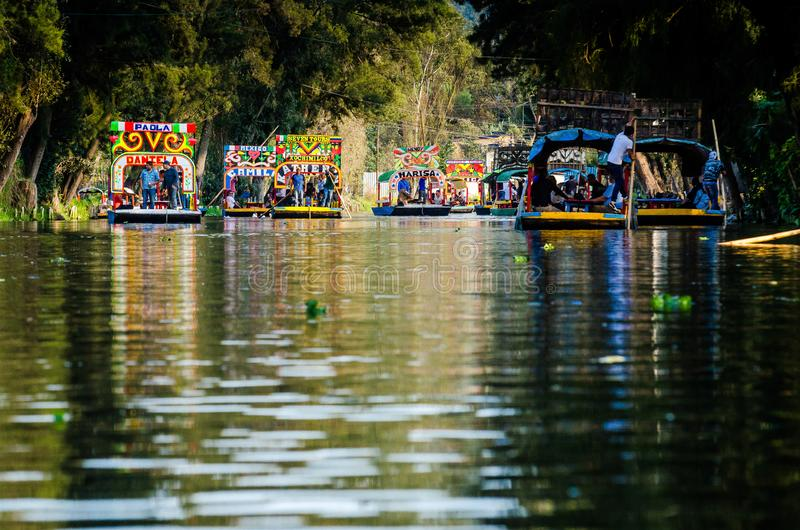 Mexico - stad, Mexico - Oktober 24, 2018 Traditionella fartyg på den Xochimilco kanalen royaltyfri bild