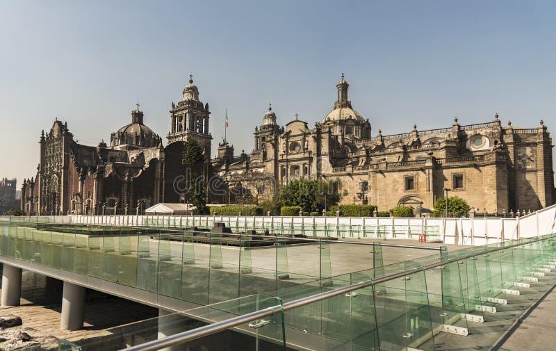 Mexico - stad, sida av fyrkanten, turist- område, blå himmel royaltyfria bilder